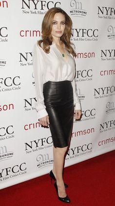 Анжелина Джоли в кожаной юбке-карандаш