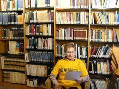 Olga, participante de Lass uns Spreche, apoya a las bibliotecas públicas.2013 Bookcase, Irene, Home Decor, Organize, Public Libraries, Advertising, Lets Go, Decoration Home, Room Decor