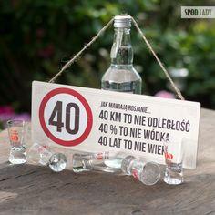 """40 lat to nie wiek Tabliczka """"40 lat"""" Czterdzieści lat minęło jak jeden dzień? Nieważne, tabliczka przypomni, że 40 to nie wiek, to stan umysłu! Dlatego, nie warto zawracać sobie głowy takimi drobnostkami, świat stoi przed Wami otworem, często kończącym się denkiem od butelki. Piękni czterdziestoletni łączcie się! Tabliczka wykonana z 3mm bejcowanej sklejki sosnowej. Wymiary: 30 cm x 14 cm. Z tyłu przytwierdzone 2 zawieszki. Produkt jest całkowicie polski. Autorem projektu jest Spod Lady Birthday Present For Boyfriend, Presents For Boyfriend, Pink And White Flowers, Diy Presents, Boyfriend Humor, Summer Diy, New Years Eve Party, Birthday Presents, Christmas Humor"""