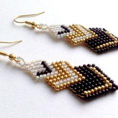 """Boucles d'oreilles """" victoire """" réalisées en brickstitch avec des perles de verre japonaises miyuki blanc, doré, noir"""