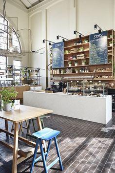 Café jovial reverencia mercado antigo. Restaurante atrai clientes do Mercado de Helsinque