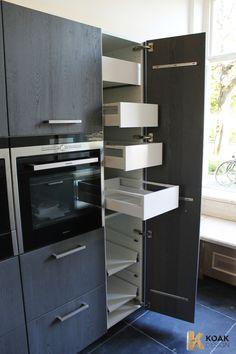 KOAK DESIGN - Massief houten keuken - Donker krijtverf - Opgeruwd Donkergrijs keukenblad beton. #IKEAKITCHEN