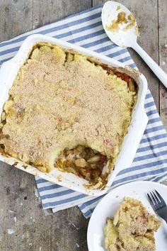 Ovenschotel met spitskool en aardappelen. Onder de aardappelpuree een mengsel van gewokte spitskool met ui, kip en paprika op smaak gebracht met ketjap.