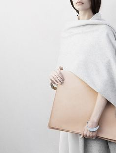 Beautiful lines, including bracelet. Even one more detail would be too much. Light Spring. Love the blonde wood effect of the bag, without conveying anything earthy, or  even very natural.