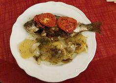 Τσιπούρα στον φούρνο με πατάτες, ντομάτες και θυμάρι…από την Αλεξάνδρα Σουλαδάκη http://www.donna.gr/14623/tsipoura-ston-fourno-me-patates-ntomates-ke-thymariapo-tin-alexandra-souladaki/  Ένα πολύ ωραίο φαγητό όλων των εποχών είναι το ψάρι, το σημερινό για μας είναι τσιπούρα στο φούρνο με πατάτες, ντομάτες κ�