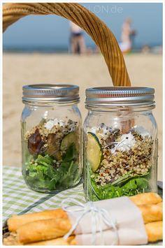 Quinoa Antipasti Salat mit Ziegenfrischkäse ist der perfekte Sommersalat. Zum Picknick, Grillen oder in der Mittagspause am See.