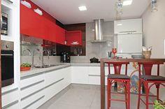 curti muito essa cozinha. Branca, vermelha e com detalhes em cimento queimado. Chique, colorida e atemporal!