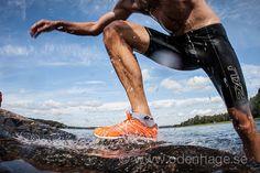 """Att hitta rätt löparskor i """"skodjungeln"""" kan vara svårt, att hitta rätt skor för swimrun är ännu svårare. Du ska inte bara tänka på komfort, grepp, användningsområde och vikt utan du måste även titta på våtvikt och hur snabbt skon dränerar. Det är lika problematiskt för de bästa inom swimrun att hitta rätt skor och … Läs mera"""