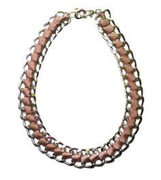 Collar Eslabones XL con cinta beige. Los collares adquieren unas medidas XL esta primavera. Decubre las tendencias en Alltrendy.es