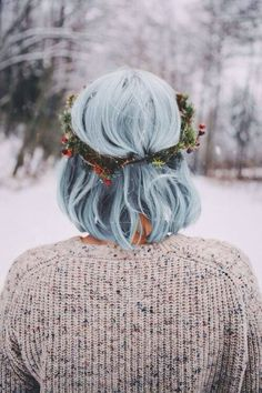 I never thought a blue hair color would work in winter, but this clearly proves that wrong. My Hairstyle, Pretty Hairstyles, Flower Hairstyles, Medium Hairstyle, Hairstyles Haircuts, Hair Inspo, Hair Inspiration, Hair Goals, Hair And Nails