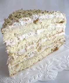 """Acest tort se numește în limba rusă """"Smetannik"""", care înseamnă smântână. Este o rețetă tradițională în Rusia, dar cunoscută și la noi. Unii își amintesc de vremea în care părinții lor le pregăteau acest tort delicios. Krispie Treats, Rice Krispies, Vanilla Cake, Bread, Desserts, Food, Russia, Sweet Treats, Mascarpone"""