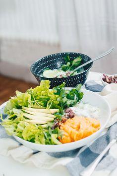 Über das vegane Tzatziki schlechthin und veganen Joghurts ohne Soya auf VANILLAHOLICA.com . Du bist veganer, oder ernährst dich vegan und hast einmal Lust auf richtig gutes Tzatziki ? Wie du griechisch vegan essen kannst, zeig ich dir in folgendem Rezept. Frische Gurken, ein wenig Knoblauch (je nach Belieben), veganer griechischer Joghurt, frische Kräuter und schon ist ein veganes Sommerrezept im Kasten. Dazu kommen ein paar frische Blätter Salat, Avocado und karamellisierte Zwiebund dein ve Vegan Recipes, Vegan Food, Diy Food, Easy Peasy, Healthy, Ethnic Recipes, Avocado, Fitness, Coconut Yogurt