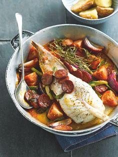 bereiden:Verwarm de oven voor op 200°C. Snijd de chorizo in schijfjes, de ui en tomaten in partjes.Bestrijk een grote ovenschotel met olijfolie. Leg er de zeeduivel in en kruid met citroensap, versgemalen peper en zeezout. Voeg er de chorizo, ui, tomaat, knoflook, rozemarijn en dressing bij.Laat 20 minuten braden en lepel er een paar keer met het braadvocht over.serveren:Serveer met geroosterde aardappelen.