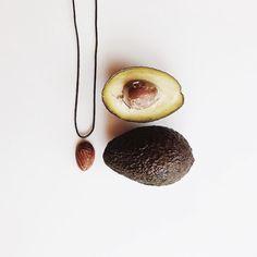 http://ift.tt/2gyG8U4 // WHEN YOUR NECKLACE (I made it out of avocado seed) MATCHES YOUR BREAKFAST   Guten Morgen ihr Lieben! Ich habe sowas von verschlafen  Jetzt schnell frühstücken fertig machen und ab zum Shooting  Mein Frühstück passt heute übrigens perfekt zu meiner Kette von gestern ( Ich hätte die Avocado gestern essen sollen ) Den Anhänger hatte ich nämlich aus einem Avocado-Kern gemacht. Und das ist sooo easy! Und ein so schönes einzigartiges Geschenk! Wer wissen will wie es geht…