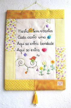 MODELO EXCLUSIVO ARTE E OFÍCIO ATELIÊ Confeccionado em tecido 100% algodão e estruturado com manta acrílica. As frases são bordadas à mão e os detalhes são escolhidos no momento da criação, de acordo com a frase, estampa e cores do tecido. ***Tem alguma frase de um poema ou música que queira eternizar? Bordo pra vc num panô único e especial!*** Nesta casa tem 4 cantos Cada canto uma flor Aqui só entra bondade Aqui só entra amor R$ 51,75