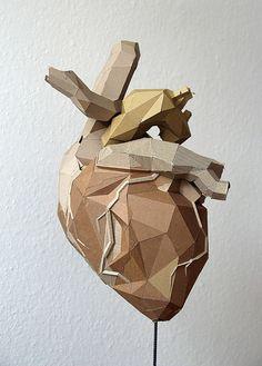 Sculpture maquette carton coeur triangles / Bartek Elsner Plus Cardboard Sculpture, Cardboard Art, Sculptures Céramiques, Sculpture Art, Le Cri, Medical Art, Medical School, Anatomical Heart, Human Heart
