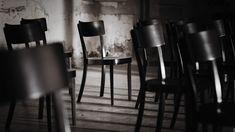 Klarheit der Konstruktion. Präzision der Fertigung. Der classic Stuhl von horgenglarus ist keine Ikone, die mit extravaganter Form auftrumpft. Er verhält sich wie ein guter Gastgeber: Er ist da, ohne unaufdringlich zu sein und sich in Szene zu setzen.   Foto horgenglarus Form, Bar Stools, Dining Chairs, Classic, Table, Model, Design, Furniture, Home Decor