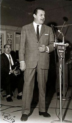 Julio Sosa en fonoplatea de radio Carve. Año 1962 (aprox.). (Foto: Archivo Héctor Devia. Autor: Héctor Devia).  Apodado El Barón del Tango, fue un cantante uruguayo de tango que alcanzó la fama en Buenos Aires y Uruguay en las décadas de 1950 y 1960.