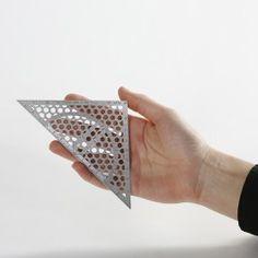 Dieses Geodreieck aus Edelstahl ist unzerbrechlich: Endlich keine abgebrochenen Ecken oder abgenutzten Kanten mehr! Die Perforierung des Metalls sorgt dabei für die nötige Transparenz, um parallele Linien oder Winkel anzuzeichnen.Maße: 8 x 16 cm Material: Federstahl