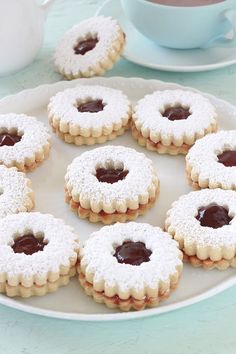 Arabic Recipes 66456 Shortbread marmalade shortbreads and soft. Easy and quick recipe. The secret to having fondant cookies is the addition of cornflour. These cupcakes are perfect for afternoon tea. Cupcakes, Fondant Cookies, Biscuits Fondants, Shortbread Biscuits, Spritz Biscuit, Arabic Sweets, Arabic Food, Cookie Recipes, Dessert Recipes