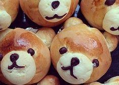 Hællandussen, har du sett noe søtere? Hveteboller er og forblir en storfavoritt blant bakeentusiaster, og det er vel lite som bringer tilbake like mange varmer minner som en nystekt bolle med brunost til søndagskaffen. Men en bolle er ikke lenger bare en bolle. Den siste tiden har nemlig figurboller blitt en stor trend på sosiale medier, og alt fra morsomme griseboller til smilende bamseboller har poppet opp i Instagram-feeder rundt omkring. Disse herlige bamsebollene er det Godt-bruker…