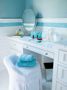 vanité salle de bain blanche avec peinture murale bleue