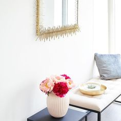 Der coole Wand aka Sonnenspiegel macht Deinen Eingangsbereich Zuhause noch schöner. 😍 Mit den goldenen Strahlen zieht er alle Blick auf sich und ist damit ein super Dekoobjekt für jedes Haus. Gold Interior, Interior Design, Tapestry, Inspiration, Super, Mirrors, Furniture, Bathroom, Home