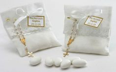 O saquinho de organza vem com amêndoas doces cobertas e pode ser reutilizado pelos convidados. Acompanha um mini terço. Da Peppermint Place. Foto: Divulgação