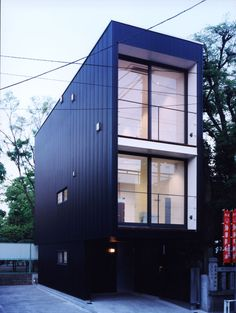 TUTU 建坪8坪、間口3mの狭小住宅の外観は黒いガルバリウム鋼鈑の角波仕上げ