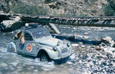 What a historical moment from the This CITROËN crossed the water during the first raid Paris-Kaboul! Classic Motors, Classic Cars, Peugeot, 2cv6, Exhibition Building, Expedition Vehicle, Cabriolet, Rally Car, Horses