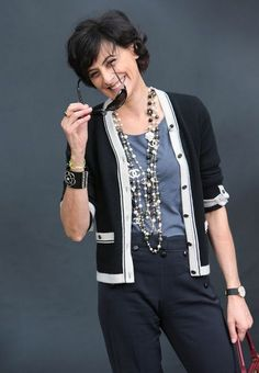 Take a cue from French Chic Fashion sensation Ines De La Fressange, learn how to layer necklaces like a pro with Parisian style inspiration. Mature Fashion, Fashion Over 40, Work Fashion, Paris Fashion, Fashion Jewelry, French Chic Fashion, French Chic Outfits, French Women Style, French Chic Style