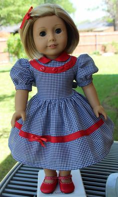 This dress has been made to fit 18 dolls like American Girl. For sale, but maybe also for inspiration. American Girl Molly, American Girl Dress, American Doll Clothes, Ag Doll Clothes, Doll Clothes Patterns, Doll Patterns, 1950s Fashion Dresses, Handmade Clothes, Girl Outfits