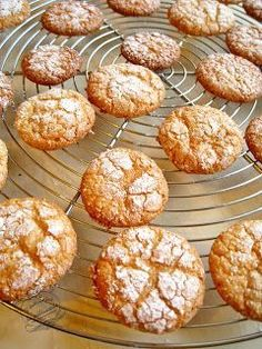 Old-fashioned macaroons: quick and easy macaroons! Desserts With Biscuits, Köstliche Desserts, Sweet Recipes, Cake Recipes, Dessert Recipes, French Patisserie, Biscuit Cookies, Holiday Cakes, Easy Food To Make