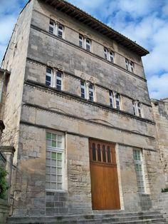 Maison romane de Saint-Gilles — Wikipédia Romanesque Art, Art Roman, Languedoc Roussillon, Gilles, 12th Century, Saints, Multi Story Building, House Styles, Comme