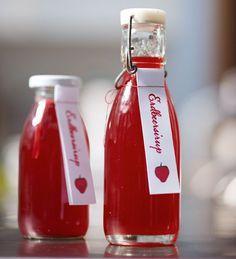 """Der """"süße-rote- für alle Fälle-Erdbeersirup"""" schmeckt super über Vanilleeis oder -pudding, Quarkspeise, Grießbrei oder mit Sekt aufgegossen."""
