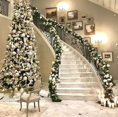 33 Lovely Christmas Tree Decoration Ideas As A Great Inspiration. A traditional Christmas tree is the ultimate seasonal decoration. Not only does the presence of a beautifully decorated Christmas tree. Christmas Stairs, Noel Christmas, Christmas Lights, Christmas Ideas, Homemade Christmas, Elegant Christmas Decor, Christmas Music, Christmas 2019, Christmas Cookies