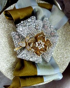 #Christmas gift #wrapping ideas ToniK ⓦⓡⓐⓟ ⓘⓣ ⓤⓟ #DIY #crafts Silver gold glitter hatbox vintage brooch elegant sparkle 1.bp.blogspot.com