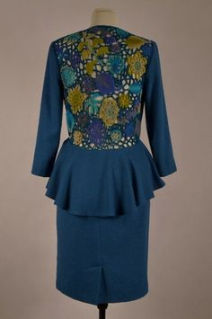 Sukienka z baskinką z ażurowymi plecami wykonanymi z melanżowej włóczki na szydełku.