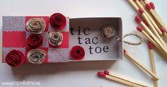 Las cajas de cerillas dan mucho juego… esta vez el clásico juego del tres en Raya o Tic Tac Toe, pero en versión mini. En cada país este juego se llama distinto, y también se conoce comoTa-Te-Ti, Gato… He creado este mini juego para el reto hand made de Little Kimono. Y como llevo una semana jugando con las cajitas de cerillas, se me ocurrió hacer esta versión mini. Las fichas están hechas con flores de papel, y es un cajoncito que se puede llevar a cualquier sitio. Os dejo el vídeo con…