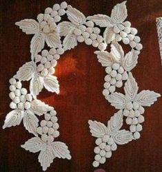 crochet grape and leaf collar - inspiration only Was also shown worn as a necklace. Col Crochet, Irish Crochet Patterns, Crochet Motifs, Crochet Collar, Freeform Crochet, Thread Crochet, Crochet Doilies, Crochet Stitches, Knitting Patterns