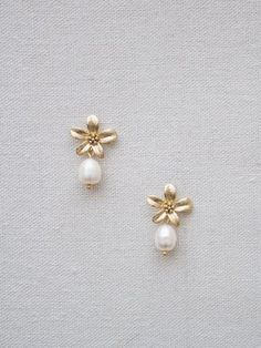 La Gorgone designs romantic and vintage jewelry for brides. Jewelry Design Earrings, Gold Earrings Designs, Dainty Jewelry, Cute Jewelry, Designer Earrings, Necklace Designs, Pearl Jewelry, Indian Jewelry, Gold Jewelry