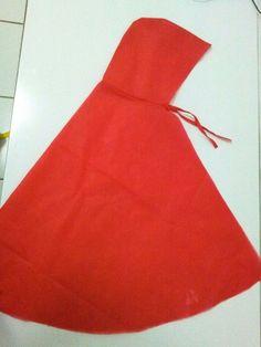 """Capa chapeuzinho vermelho (infantil) <br>Material: TNT e fita cetim <br>Medidas: 70 cm (extremidades gorro +capa) <br>OBS: Vejam também """"Mascara lobo mau"""" para este tema"""