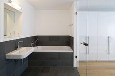 Haus W. - Innen liegendes, modernes Badezimmer mit Glasabtrennung zum Schlafzimmer zur natürlichen Belichtung - stkn architekten