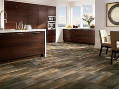 carrelage imitation parquet en bois foncé et meubles acajou dans la cuisine