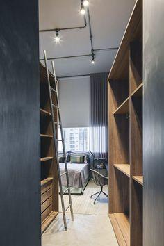 Closet moderno integrado masculino cinza e madeira