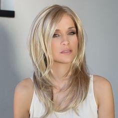 Perücke aus der Hair Society Collection von ellen wille.   Das Model trägt auf den Bildern die Perücke in der Farbe .  Monturgröße: durchschnittlich (54 - 56 cm) Material: Synthetikhaar + Lacefront Haarlänge: lang