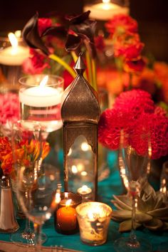 Lanterns and candles make this tablescape extra special ♥ Indian ♥ fusion ♥ wedding ♥ decor ♥ reception ♥ lamp ♥ flowers ♥ centrepiece Moroccan Party, Moroccan Wedding, Indian Party, Morrocan Table, Oriental Wedding, Table Lanterns, Gold Lanterns, Red And Teal, Magenta
