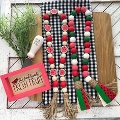 Wood Bead Garland, Diy Garland, Beaded Garland, Garland Ideas, Bead Crafts, Diy Crafts, Wooden Crafts, Yarn Crafts, Summer Crafts