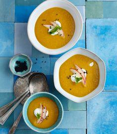 Linsen-Kartoffel-Suppe mit Harissa. Geniales Kontrastprogramm: Minz-Joghurt und rohe Äpfel kühlen die scharfe Linsensuppe.