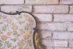 Camera matrimoniale al secondo piano, particolare della testiera del letto antica con rivestimento floreale - Double room on the 3rd floor, antique headboard with floral tapestry - at I Cucali B&B